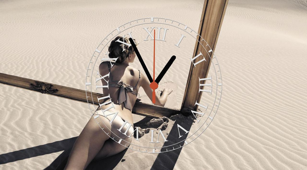 """Годинники настінні скляні """"Дівчина на піску"""""""