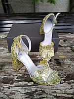 Женские стильные босоножки на невысоком каблуке лимонного цвета