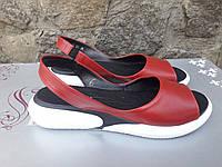 Жіночі босоніжки шкіряні червоні на платформі