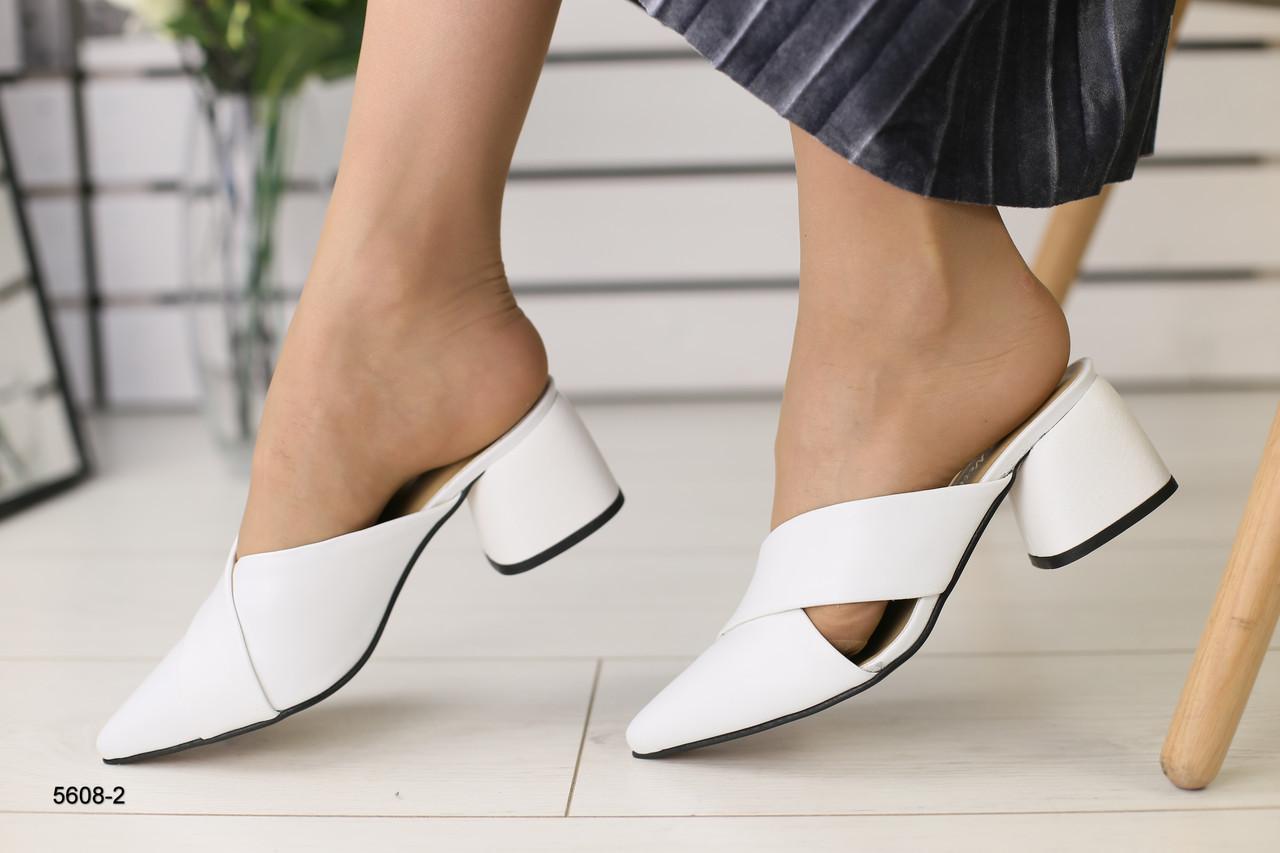 Женские кожаные закрытые шлепанцы на каблуке белые
