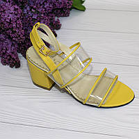 Женские босоножки на каблуке желтого цвета с переплетом