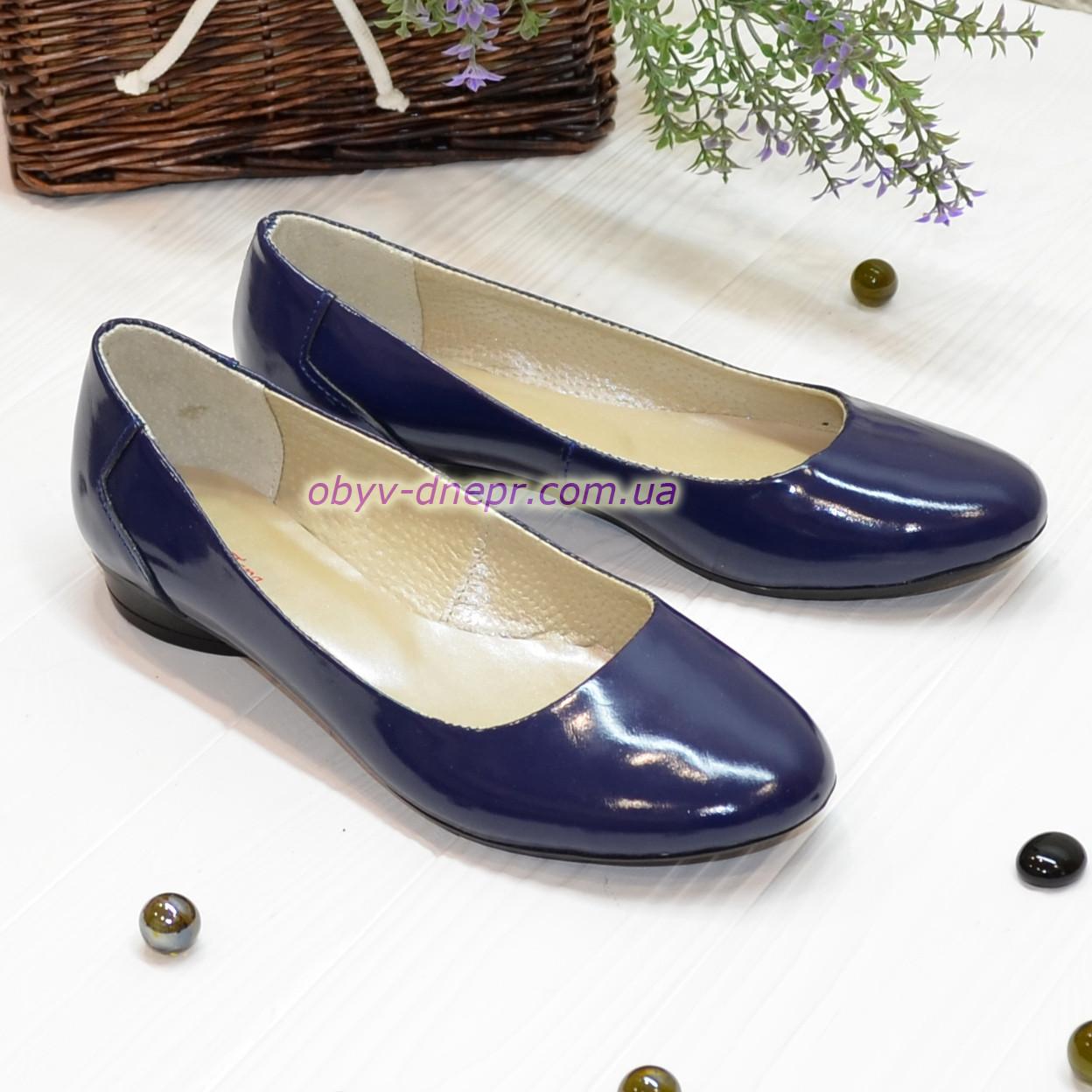 Женские лаковые туфли на низком ходу, декорированы фурнитурой.