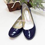 Женские лаковые туфли на низком ходу, декорированы фурнитурой., фото 2
