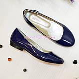Женские лаковые туфли на низком ходу, декорированы фурнитурой., фото 3