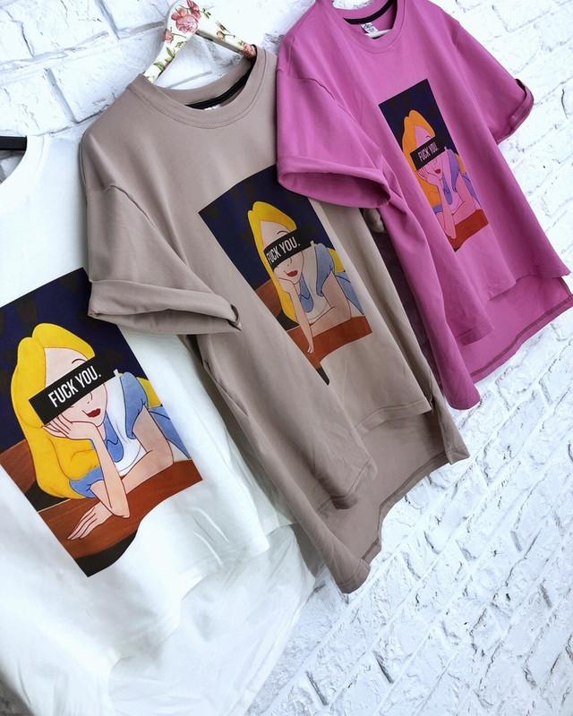 Фото Бежевая женская футболка с модным принтом