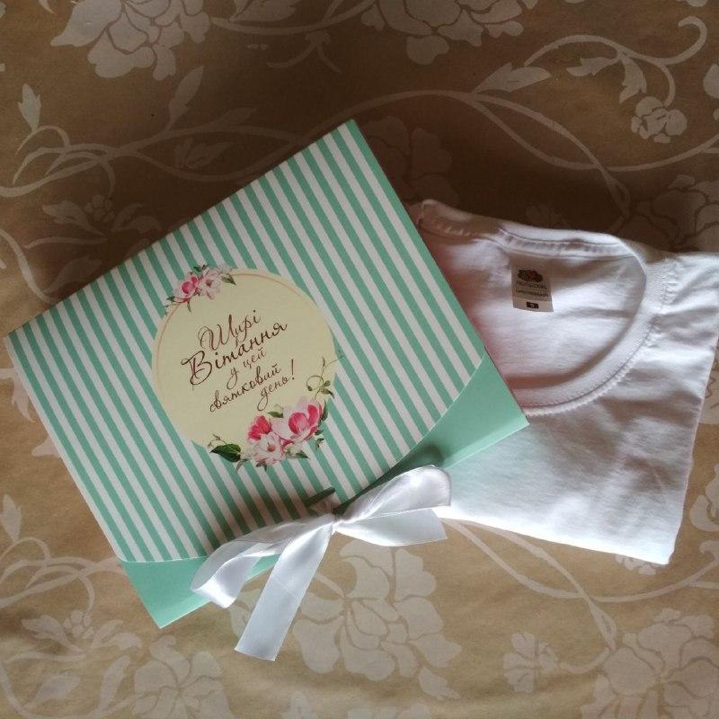 Подарок в коробке с бантиком для мамы