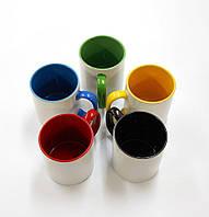 Печать на белой чашке с цветными элементами