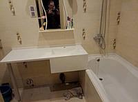Литая раковина умывальника ванной комнаты встроенная в столешницу искусственного камня матовая