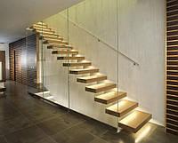 Лестница из массива дерева и металла со стеклом