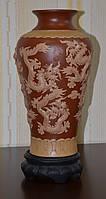 Ваза керамическая с объемным изображением драконов на подставке