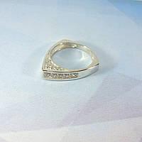 Серебряное кольцо треугольной формы с камнями