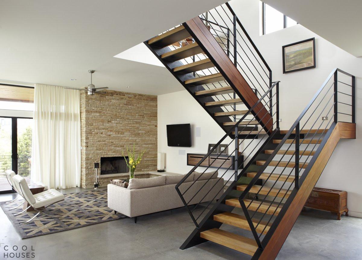 Классическая лестница в дом из массива дерева и металла