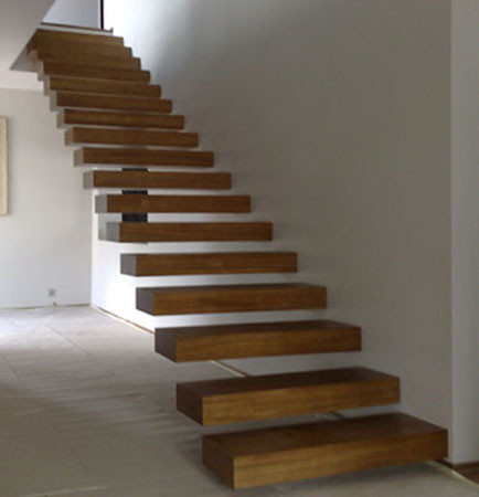 Лестница из натурального дерева с эффектом парения в воздухе