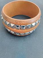 [6см] Браслет женский, твёрдый, светло коричневый, с инкрустацией из декоративных камней вдоль всей окружности