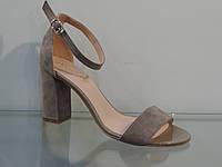 Элегантные женские замшевые босоножки на каблуке с закрытой пяткой