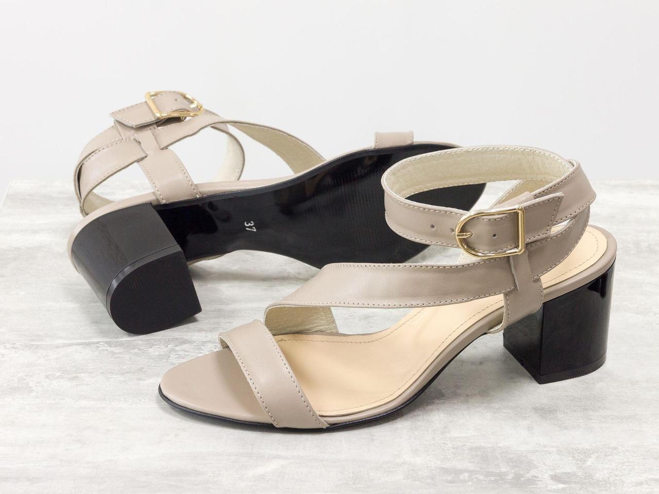 Удобные кожаные Босоножки бежевого цвета на невысоком каблуке