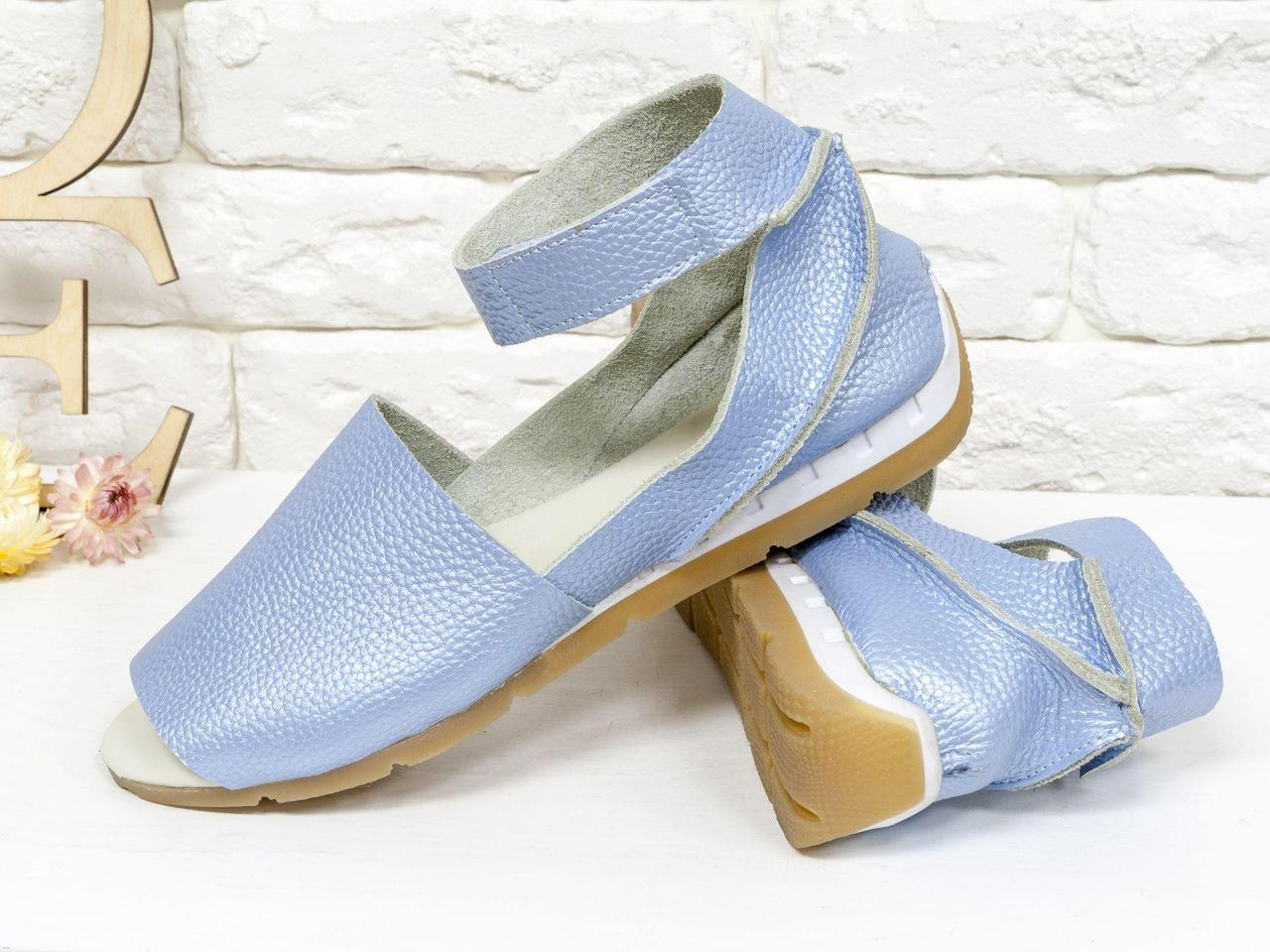 Удобные и легкие босоножки с открытым носиком из натуральной кожи флотар нежно-голубого цвета с перламутровым