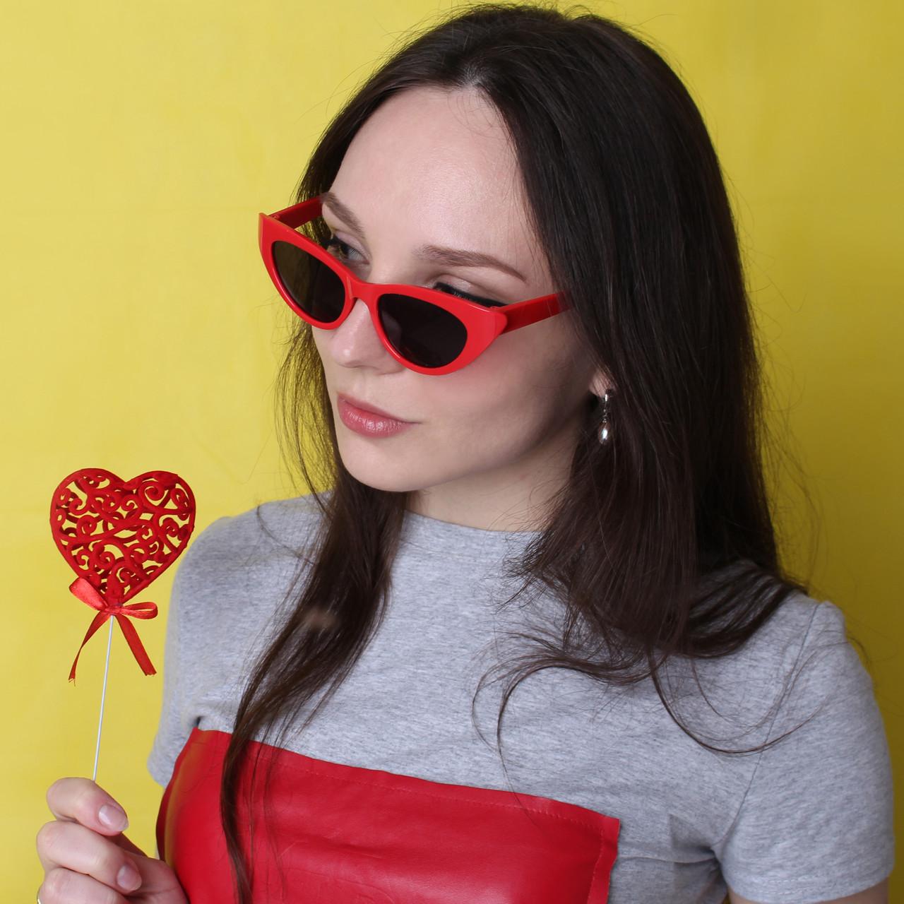 Модные солнцезащитные очки в красной оправе