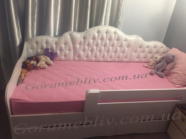 """На фото: детская кровать """"Л-6"""" с детскими игрушками"""