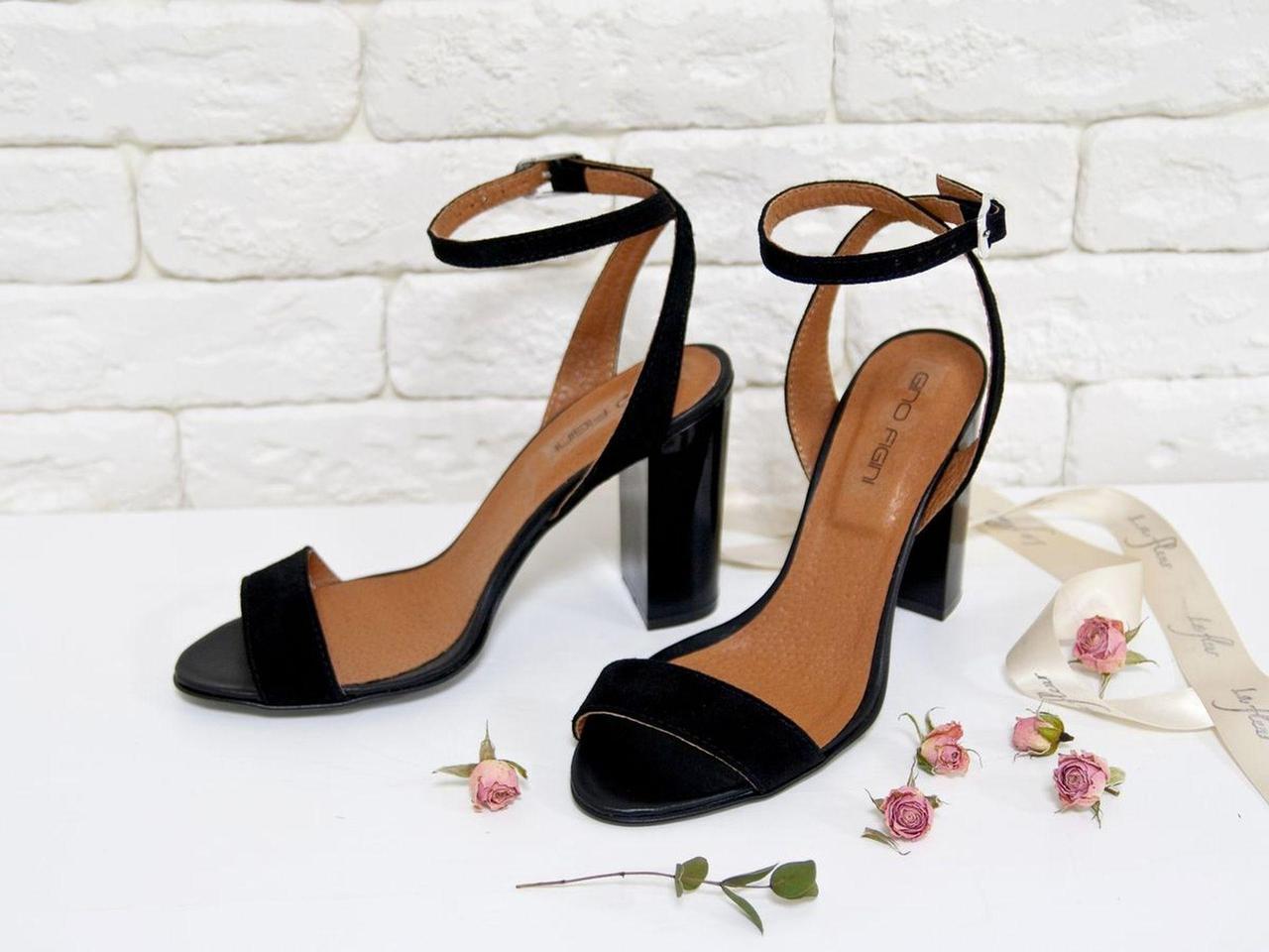 Летние Босоножки на каблуке из натуральной замши и кожи черного цвета