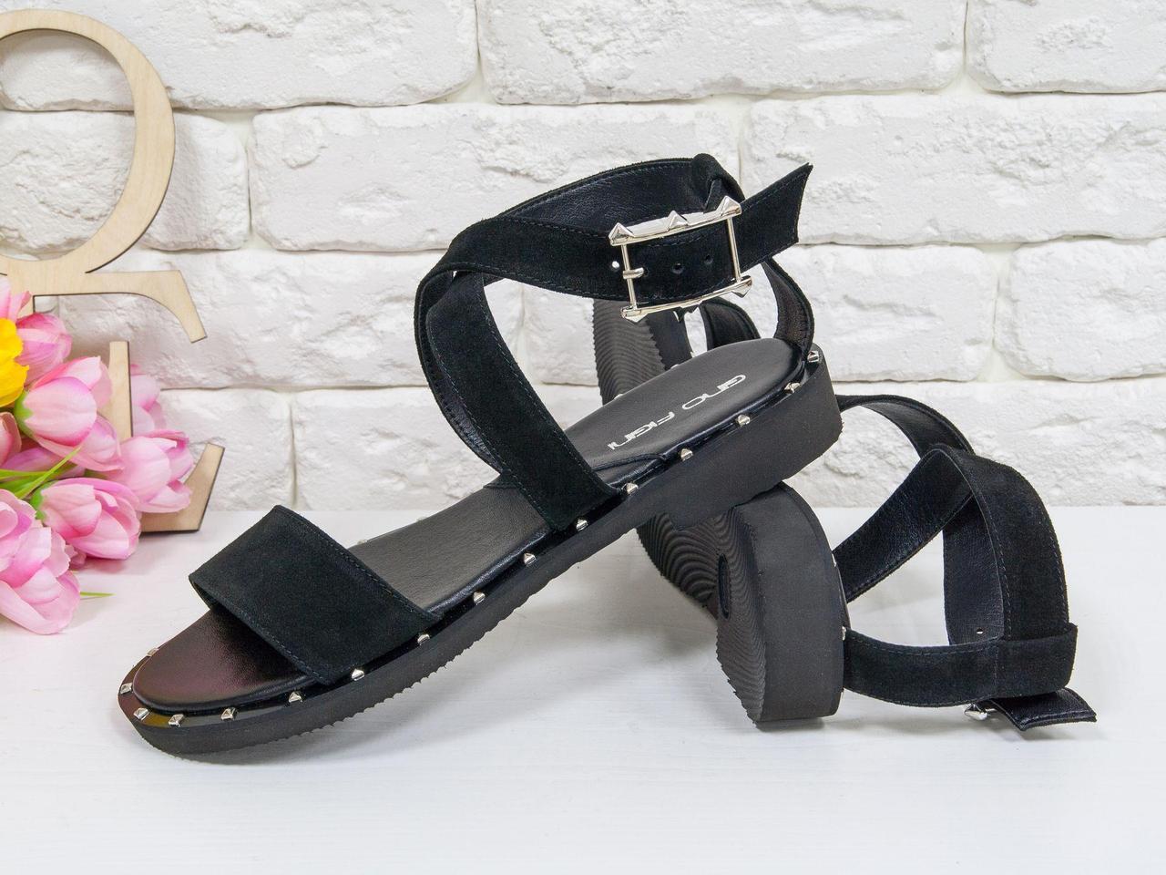 Замшевые черные босоножки на удобной легкой подошве с металлическими шипами по периметру