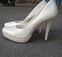 Свадебные белые туфли 39р. б/у , с перламутровым отливом, г.Чугуев