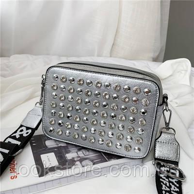 Маленькая женская прямоугольная сумка с камнями и заклепками серебряная