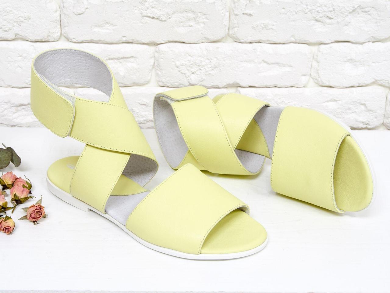 Босоножки из натуральной кожи нежно желтого цвета на плоской белой подошве c удобной застежкой на липучке
