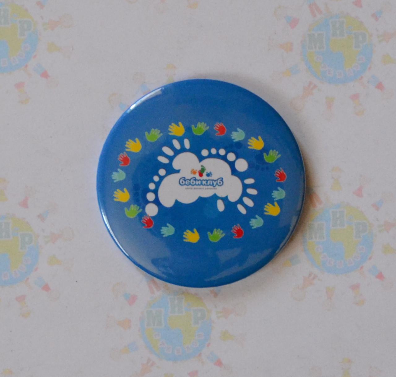 Значок с логотипом детского клуба Бебиклуб