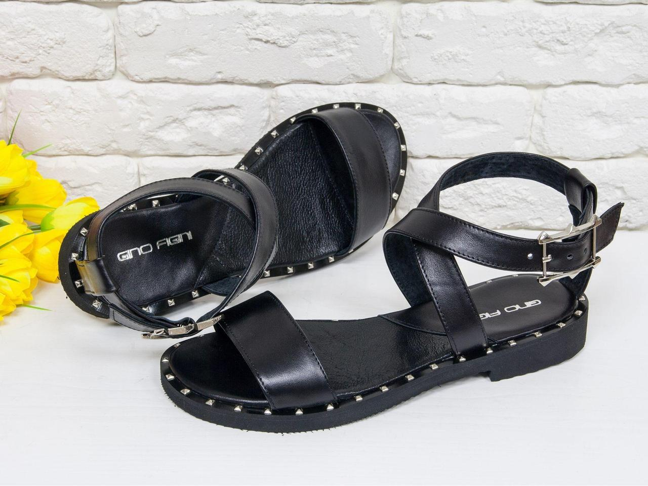 Кожаные черные босоножки на удобной легкой подошве с металлическими шипами по периметру