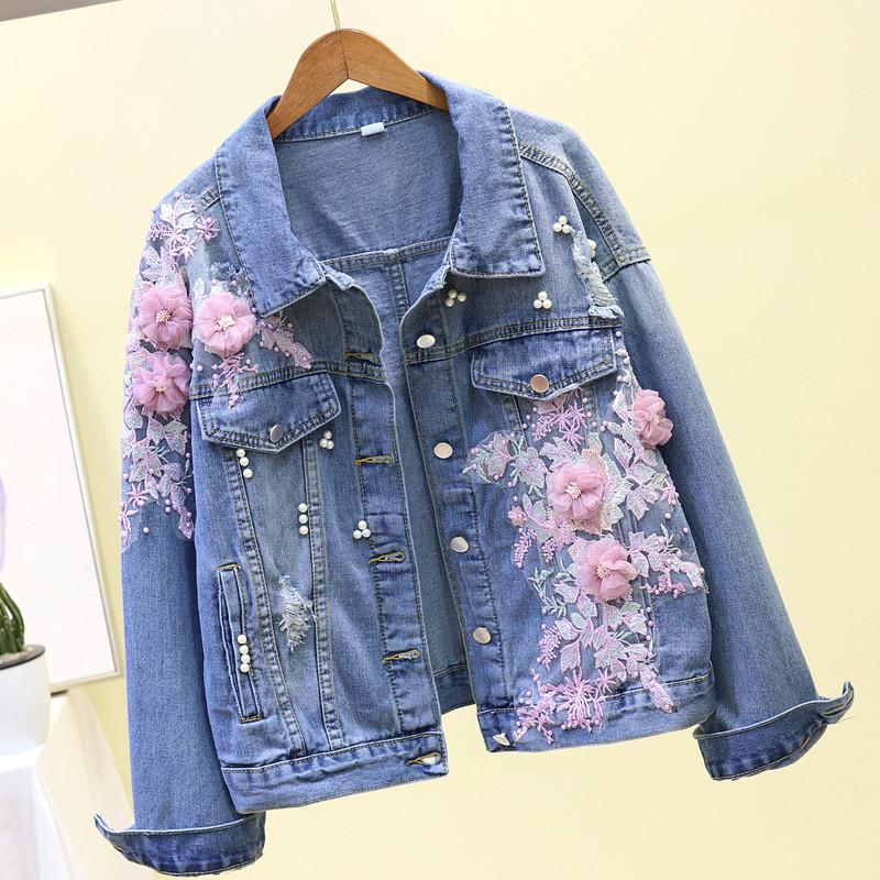 Женская джинсовая куртка с розовой цветочной аппликацией и жемчугом голубая