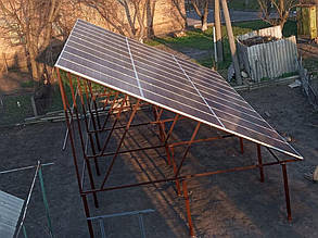Солнечная электростанция установлена на приусадебном участке, ориентирована на юг.