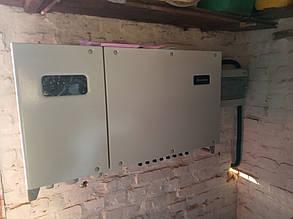 Инвертор и шкаф защиты навешены на внутренней стене гаража.