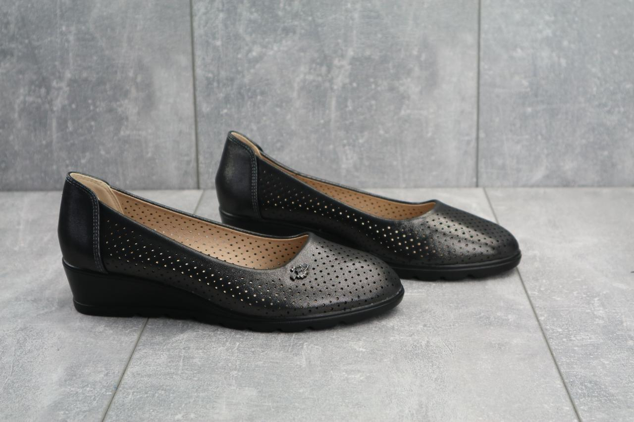 Кожаные женские туфли балетки повседневные на маленькой платформе с перфорацией (черные)