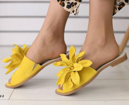 Шлепанцы женские на низком ходу с цветком натуральный замш желтые