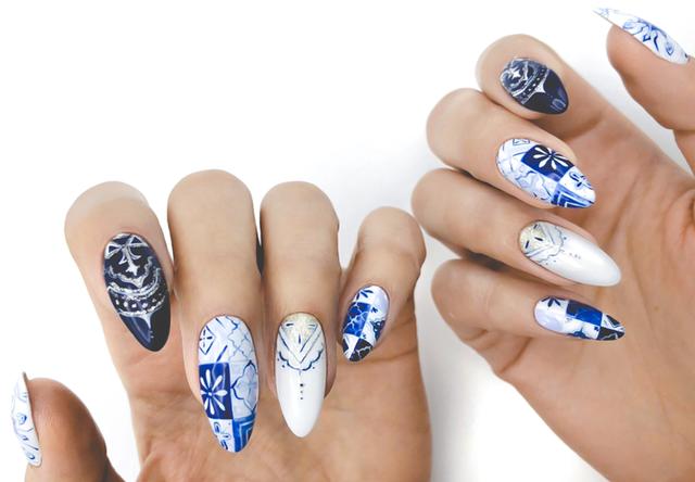 Дизайн ногтей бело-синий геометрический