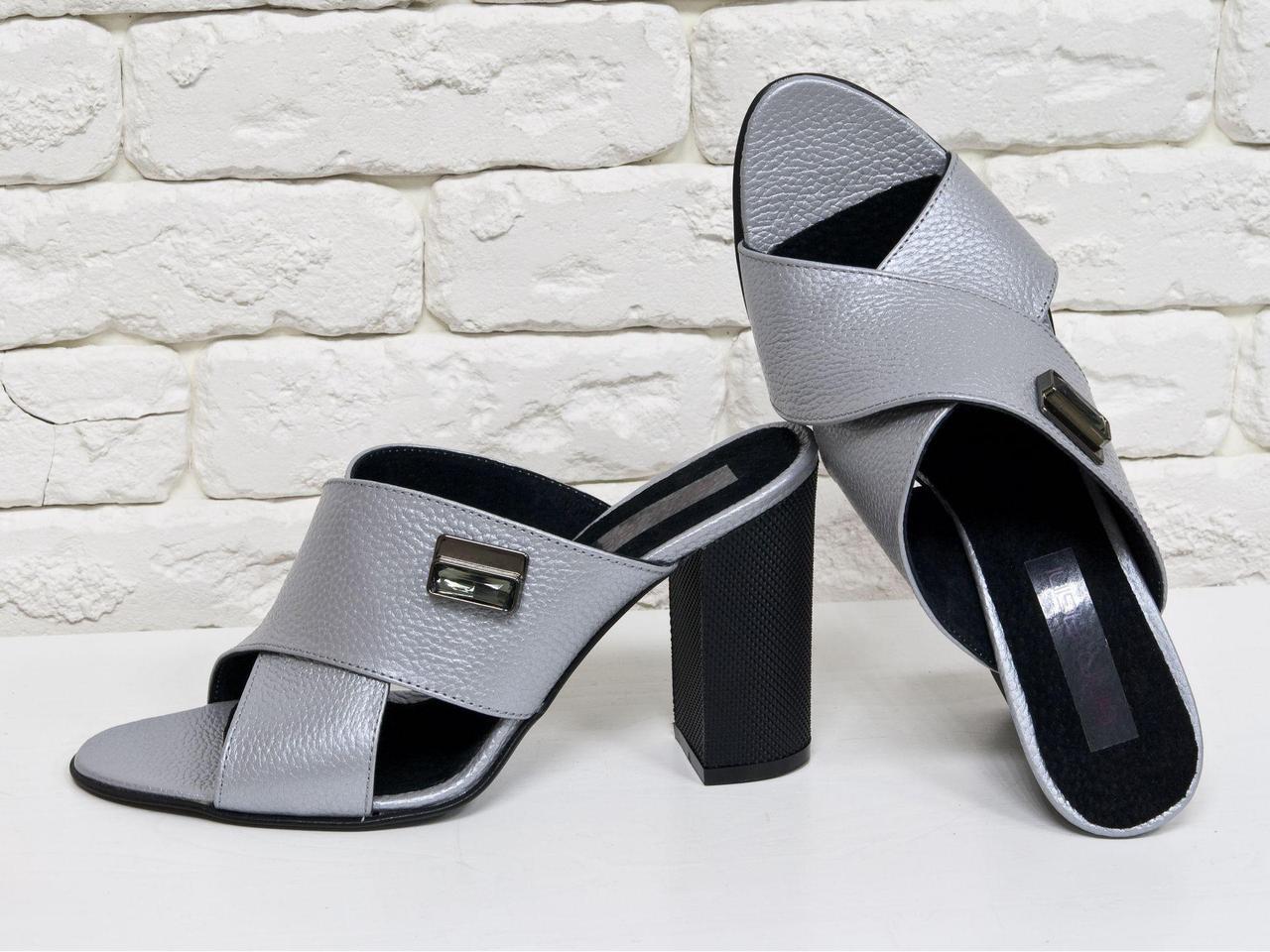 Шлепанцы из натуральной кожи серого цвета с легким перламутровым блеском, на утолщенном каблуке