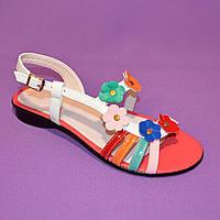 Яркие разноцветные кожаные женские босоножки без каблука с цветочками, фото 1
