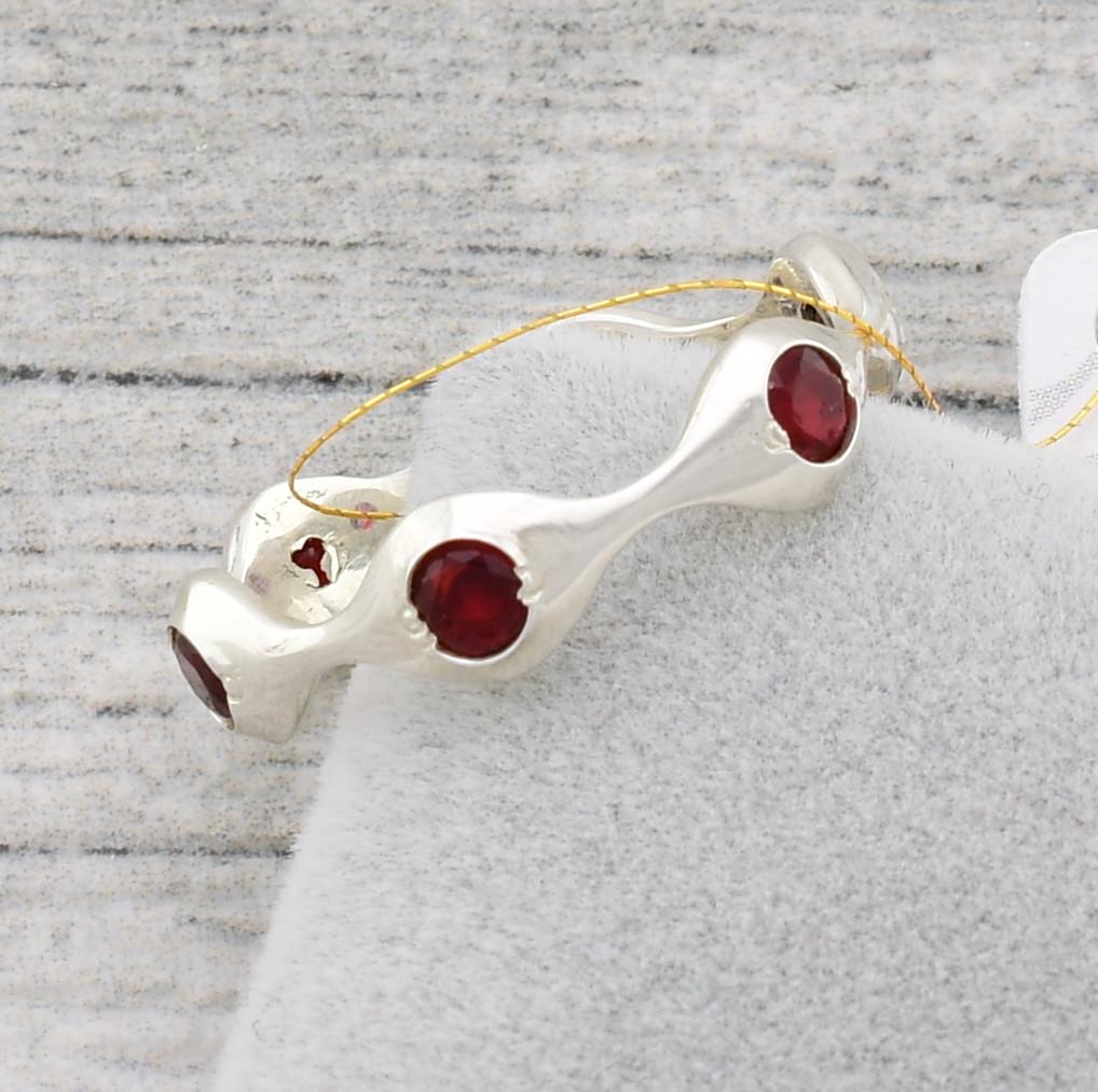 """Серебряное кольцо """"Орбита"""", вставка красныефианиты, вес 2.0 г, размер 17"""