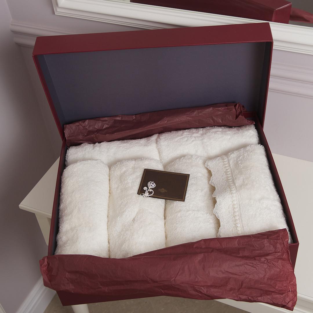 Банный набор Vincent Devois ADELINE 4 полотенца с кружевом + брошь.