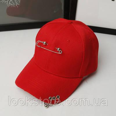 Женская летняя кепка с булавкой и колечками красная