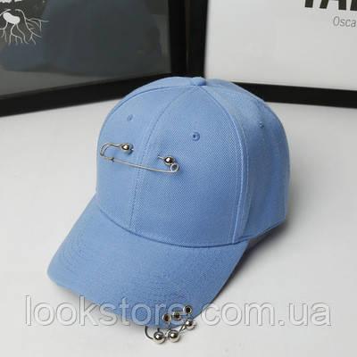 Женская летняя кепка с булавкой и колечками голубая