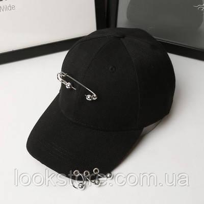 Женская летняя кепка с булавкой и колечками черная