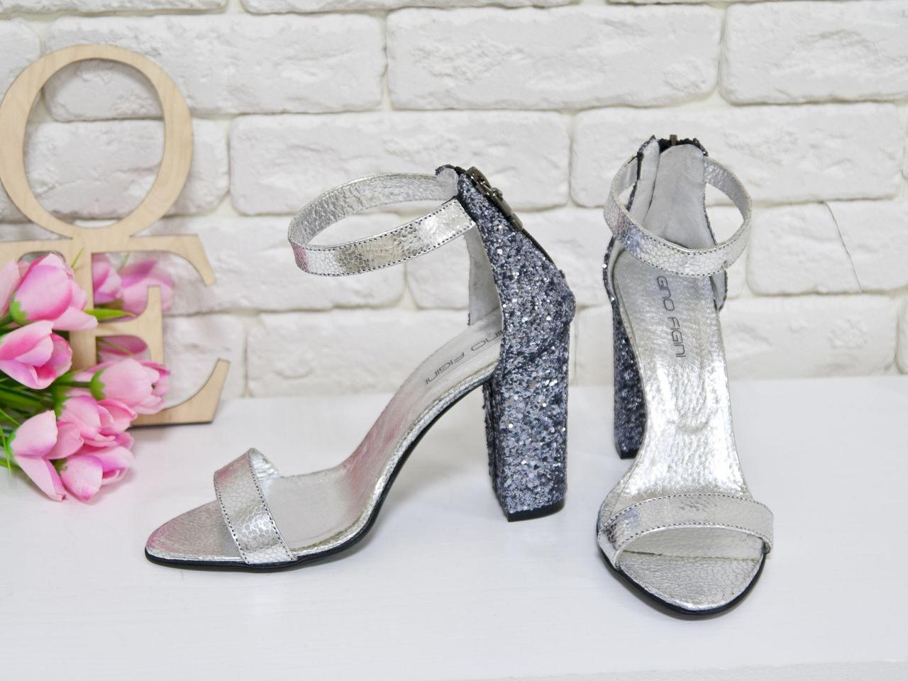Босоножки из натуральной кожи серебряного цвета и текстиля блестящая крошка, на устойчивом каблуке