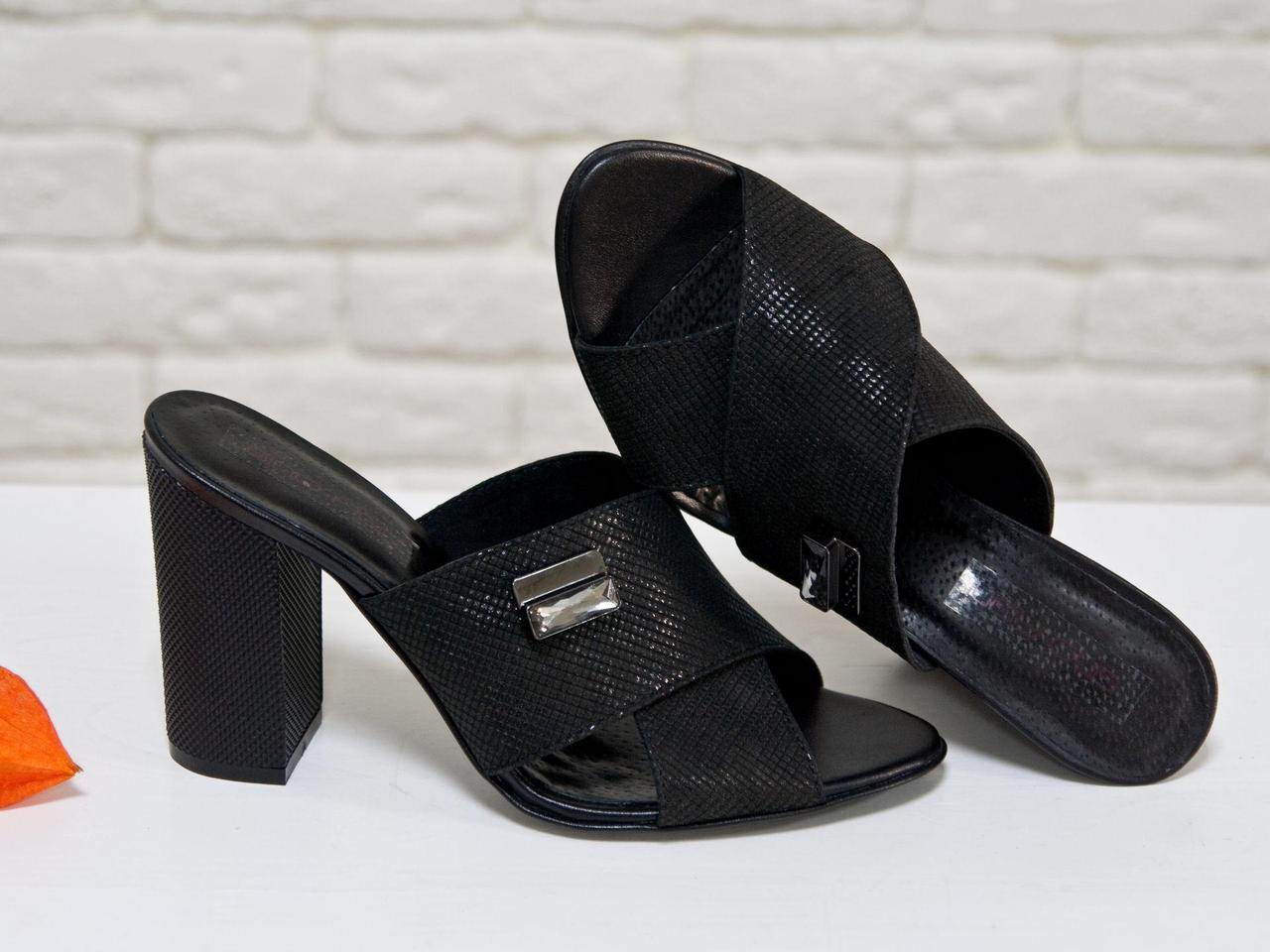Шлепанцы из натуральной эксклюзивной кожи черного цвета с легким блеском, на утолщенном каблуке