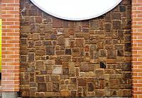 Облицовка забора плиткой, (кратная 5-ти и рустованная) из песчаника рыжего цвета.