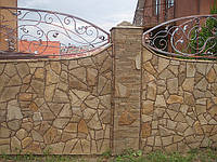 """Забор облицованный """"диким"""" камнем песчаником. Во время облицовки камень оббивали по краям придавая его состаренный вид . На колонах использовалась """"лапша"""" из этого же камня. ."""