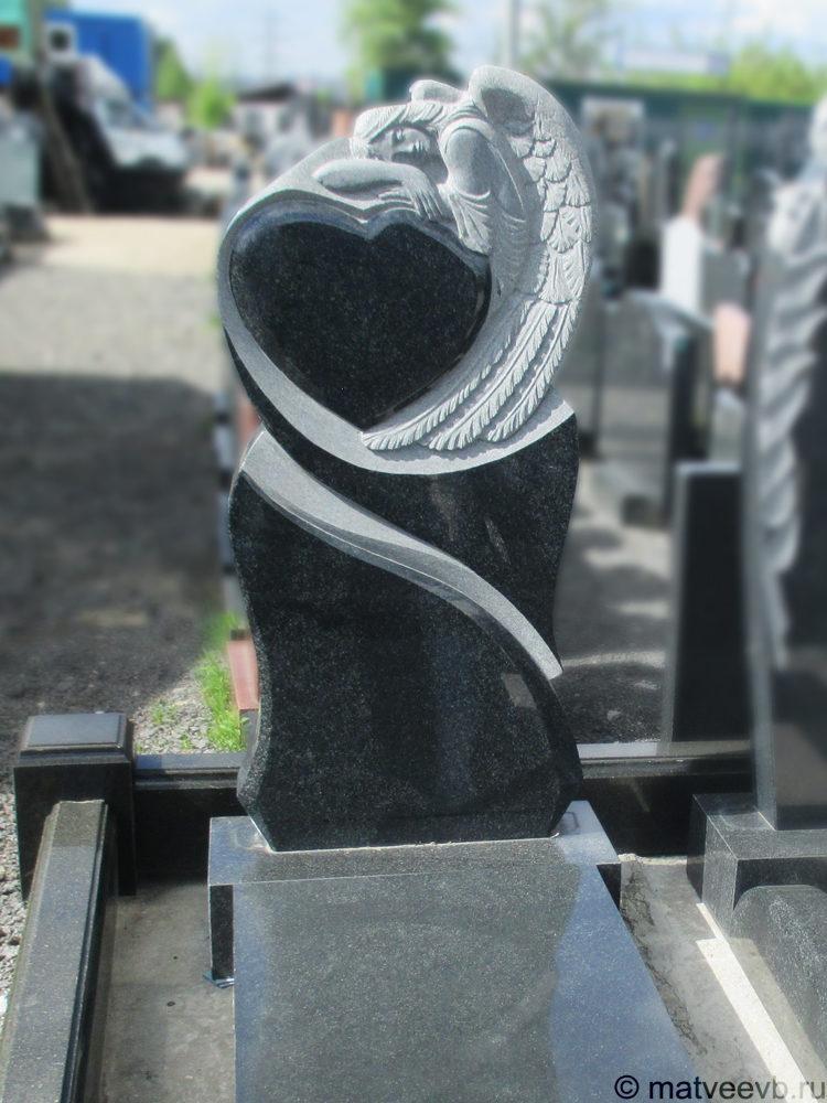Элитный памятник в виде сердца ангел на могилу из гранита.