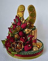 """""""Подкова из конфет с алыми розами"""". Оригинальный подарок."""