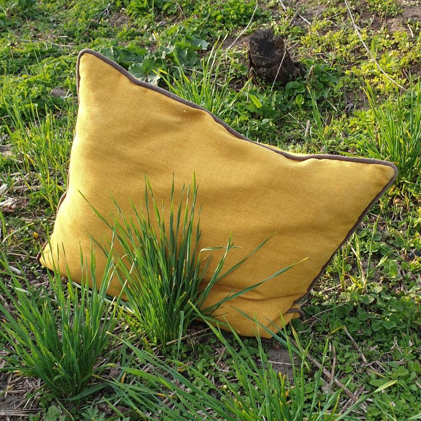 Декоративная прямоугольная подушка с кантом по периметру